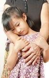 Рука старший обнимать с ее ребенком Азиатское объятие девушки llttle Стоковое Изображение RF