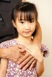 Рука старший обнимать с ее ребенком Азиатское объятие девушки llttle Стоковые Изображения RF