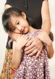 Рука старший обнимать с ее ребенком Азиатское объятие девушки llttle Стоковое фото RF