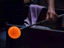 Рука стеклянной воздуходувки держа жидкое ` сбора ` Стоковые Изображения RF
