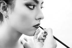 Рука стилизатора делая профессиональный состав губ с щеткой Стоковое Изображение