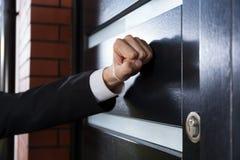 Рука стучая на двери Стоковая Фотография