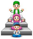 Рука счастливого мусульманского шаржа ребенк развевая сидя на лестнице иллюстрация штока