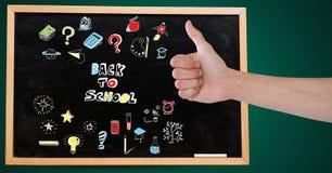 Рука с большими пальцами руки вверх и назад к чертежу школьного образования на классн классном для школы стоковые изображения rf