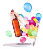 Рука с бутылкой пива и компьтер-книжки Стоковая Фотография