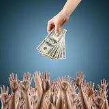 Рука с деньгами на голубых деньгах предпосылки Стоковая Фотография RF