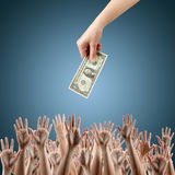 Рука с деньгами на голубых деньгах предпосылки Стоковые Изображения RF