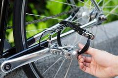 Рука с деталью педали велосипеда Стоковое Фото