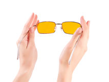 Рука с желтыми стеклами Стоковое Фото