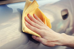 Рука с заполированностью ветоши автомобиль стоковые фотографии rf