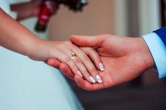 Рука с диамантом Стоковые Изображения