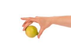 Рука с лимоном Стоковое Изображение