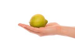 Рука с лимоном Стоковые Фото