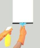 Рука с инструментом чистки окна стоковое изображение rf