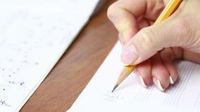 Рука с карандашем и листом музыки композитор пишет музыку видеоматериал