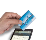 Рука с карточкой банка и умным телефоном Стоковые Фото