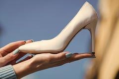 Рука с кожей цвета женского ботинка очарования белой Стоковое Изображение RF