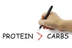 Рука с концепцией фитнеса сочинительства ручки protien больше чем carbohyd стоковые фото
