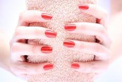 Рука с красным цветом ногтя Стоковое фото RF