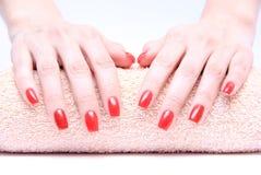 Рука с красным цветом ногтя Стоковое Фото