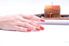 Рука с красным цветом ногтя стоковое изображение rf