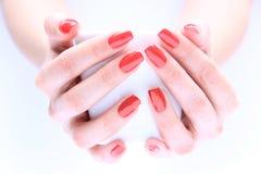 Рука с красным цветом ногтя стоковые изображения