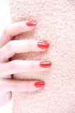 Рука с красным цветом ногтя стоковые изображения rf