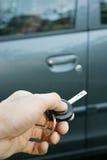 Рука с ключом автомобиля дистанционного управления Стоковые Фотографии RF