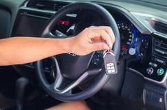 Рука с ключом автомобиля Стоковое Фото