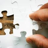 Рука с отсутствующей частью мозаики Изображение концепции дела для завершать окончательную часть головоломки стоковое изображение rf