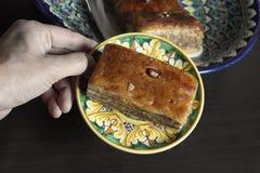 Рука с пирожными Стоковое Изображение