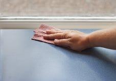Рука с поверхностью чистки ткани тарелки Стоковое Фото