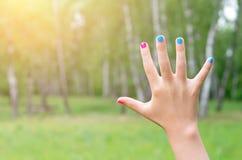 Рука с покрашенными ногтями стоковое фото