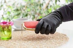 Рука с портмонем Стоковое Изображение RF