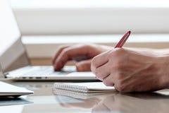 Рука с ручкой в офисе Стоковое Изображение RF