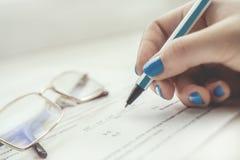 Рука с ручкой Стоковое фото RF
