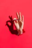 Рука с сигаретой Стоковые Изображения