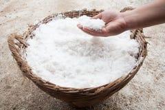 Рука с солью в корзине Стоковые Изображения RF