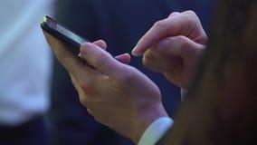 Рука с телефоном акции видеоматериалы