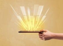 Рука с телефоном и желтым светом Стоковое Фото