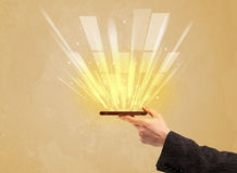 Рука с телефоном и желтым светом Стоковое фото RF