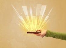 Рука с телефоном и желтым светом Стоковые Фото