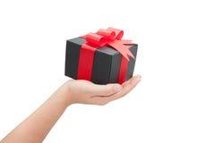 Рука с черной коробкой подарка Стоковое фото RF
