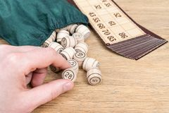 Рука с lotto бочонка Стоковая Фотография RF