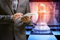 Рука таблетки цифров пользы бизнесмена беспроволочной над шахмат и c Стоковое Изображение RF