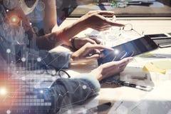 Рука таблетки касающего экрана женщины электронная Руководители проекта исследуя процесс Команда дела работая новый запуск
