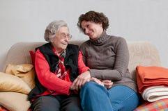 Рука удерживания попечителя старшей женщины стоковые фотографии rf
