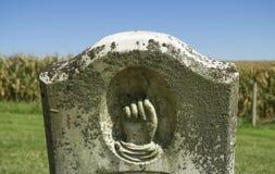 Рука указывая вверх по надгробной плите в пионерском кладбище Стоковая Фотография RF