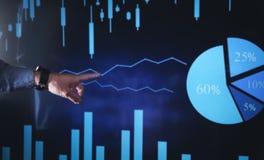 Рука указывая на диаграмму фондовой биржи Рост дела, вклад стоковое фото rf