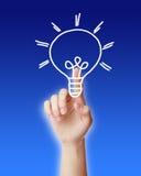 Рука указывая электрическая лампочка стоковое изображение rf